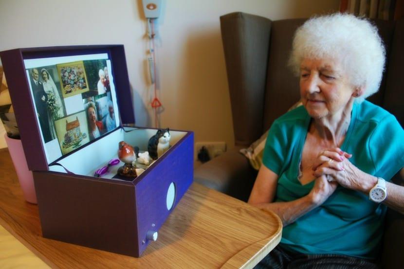 mujer mayor con caja de recuerdos