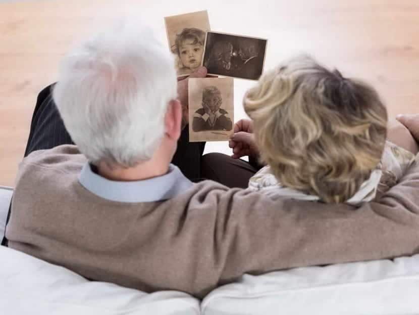 pareja mayor mirando recuerdos en imágenes