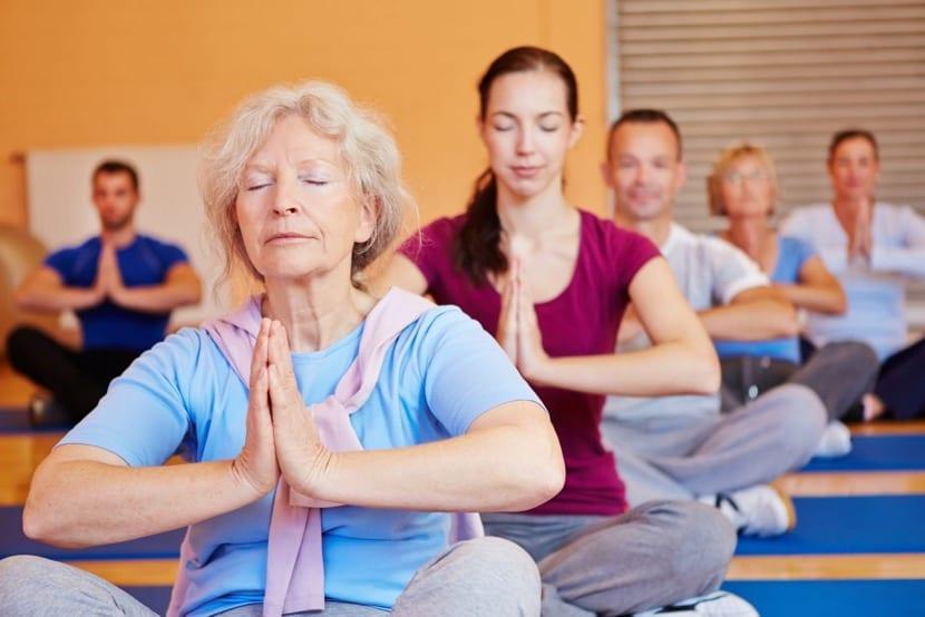 relajación haciendo yoga