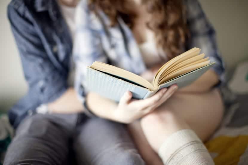 Pareja sapiosexual leyendo un libro para excitarse