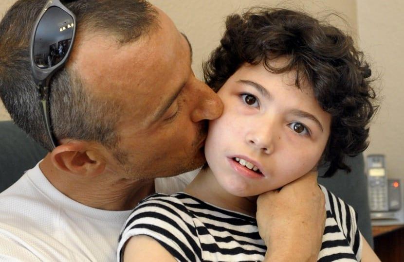 nena con síndrome de rett con su padre