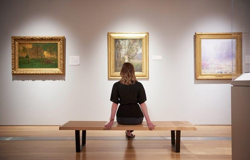 chica mirando cuadro en el museo