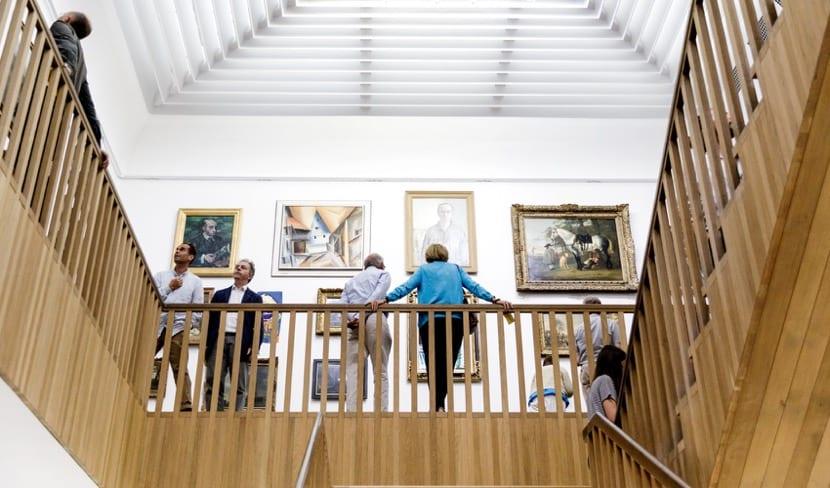 personas visitando un museo