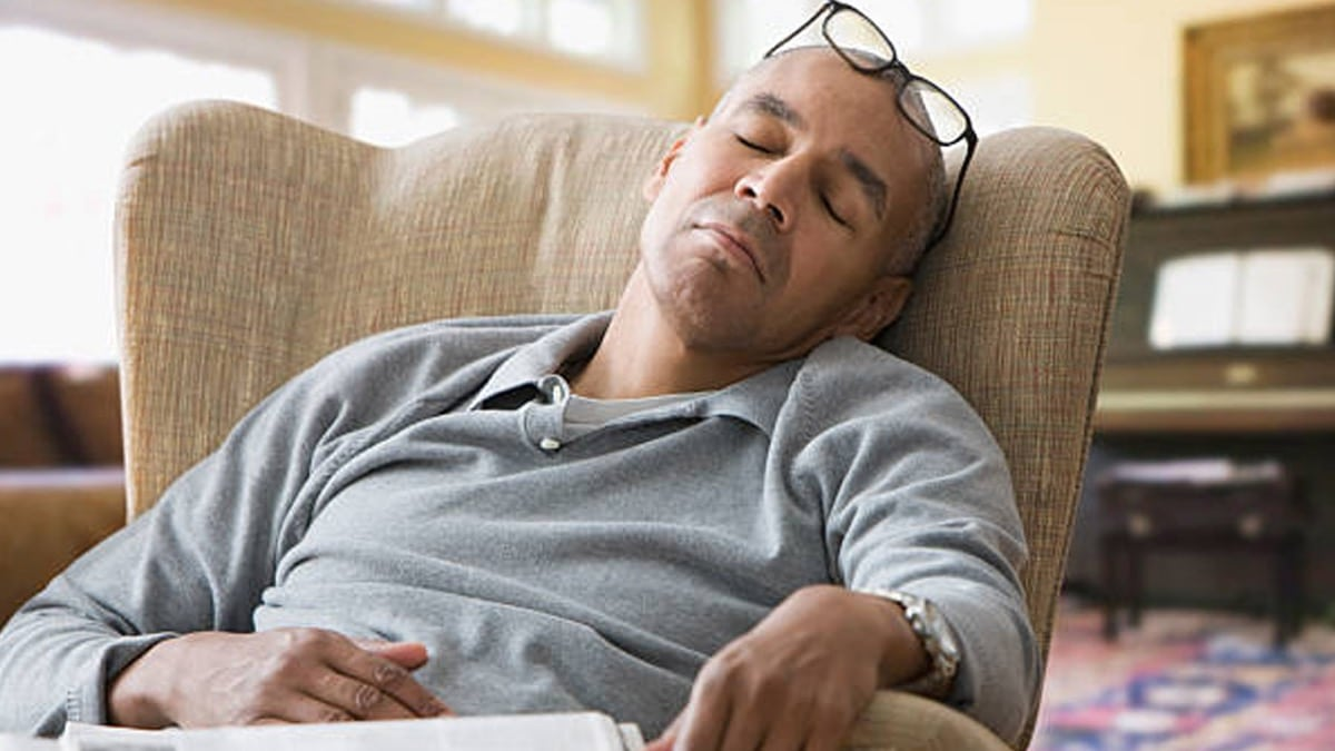 hombre cansado con sueño