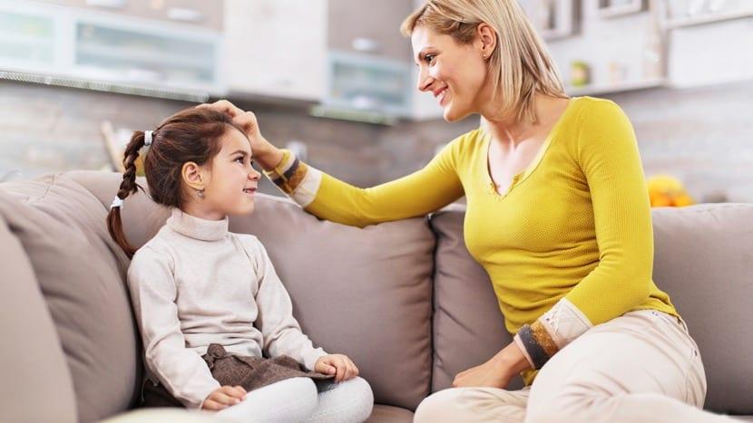 madre e hija en el sofa