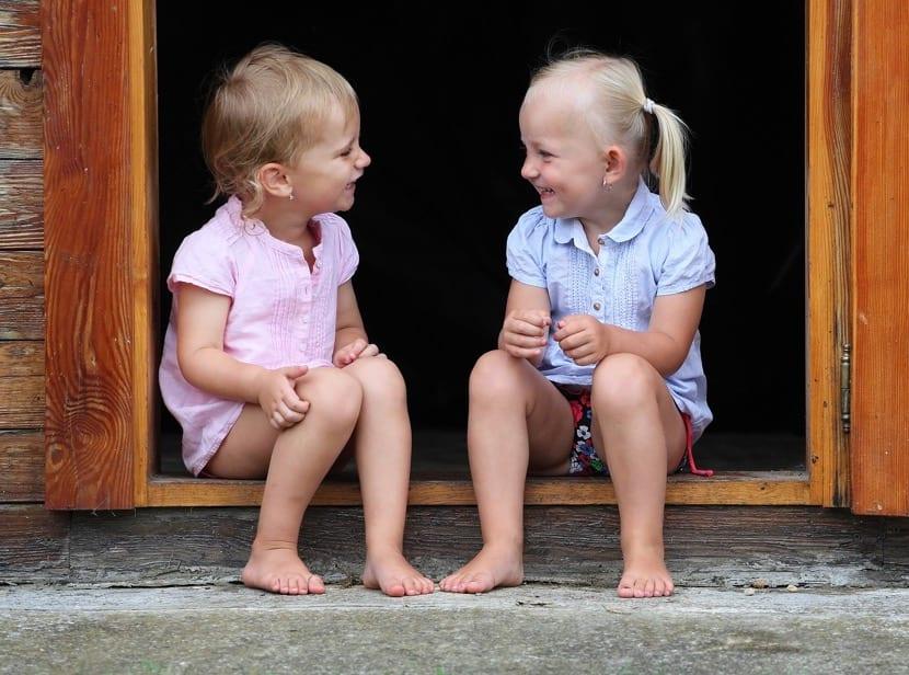 nenas sentadas divertidas