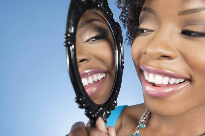 chica vanidosa mirandose al espejo