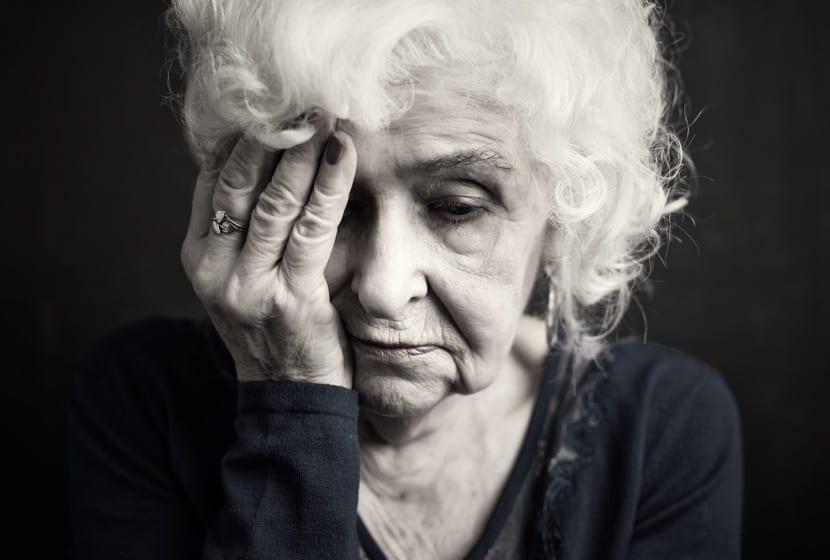 mujer en vejez triste